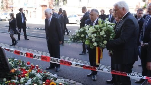 Halle: Steinmeier legt Blumen vor dem Döner-Imbiss ab.