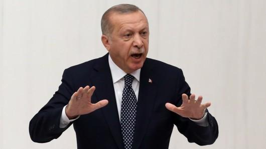 Dass die Türkei keine Waffen mehr bekommen soll, die in der Militäroffensive in Syrien benutzt werden können, gefällt dem türkischen Präsidenten Erdogan gar nicht.