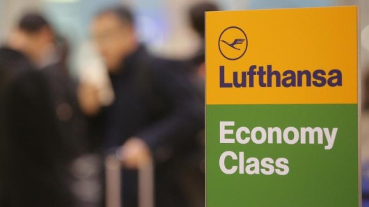 Auf Langstreckenflügen der Lufthansa entfällt in der Economy-Klasse künftig die zweite warme Mahlzeit.