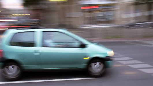 In Duisburg übersah ein Autofahrer beim Ausparken einen Twingo. Wenig später drohte der Fahrer ihm mit dem Tod. (Symbolbild)