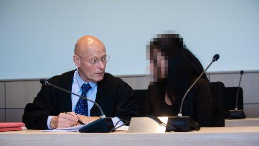 Die Angeklagte Lara G. mit ihrem Verteidiger Volker Schröder im Landgericht Bochum.