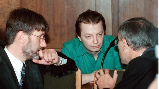 Frank Gust im Gespräch mit seinen beiden Verteidigern. Vor 20 Jahren wurde er festgenommen und anschließend in Duisburg zu einer lebenslangen Haftstrafe verurteilt.