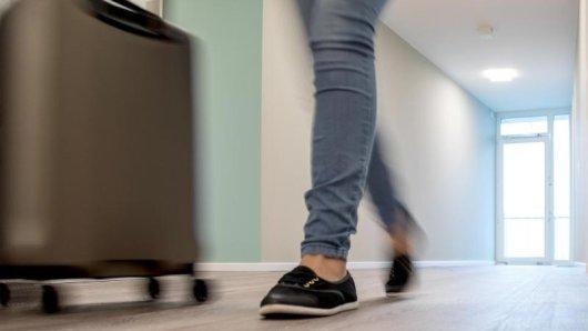 Wenn man da hineinschauen könnte - in manchem Koffer verbirgt sich bei der Abreise offenbar nicht nur Mitgebrachtes.