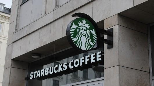 Starbucks: Der Polizist und seine Kollegen wurden offenbar gezielt angegriffen. (Symbolbild)