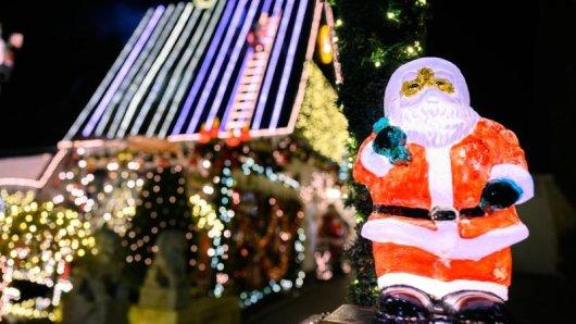 Mit rund 60.000 Lichtern hat ein Ehepaar in Delmenhorst sein Haus und Grundstück weihnachtlich geschmückt.