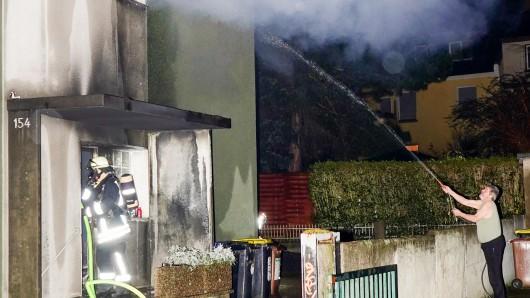 Ein Mehrfamilienhaus in Dortmund geriet in Brand. Ein Nachbar half vor Ort beim Kampf gegen die Flammen, später unterstützten zwei Fußballvereine die obdachlos gewordene Familie.