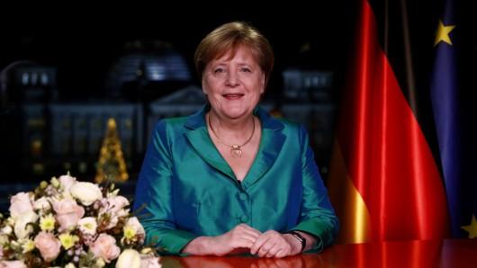 2020: Merkel fordert in ihrer Neujahrsrede, dass die Menschen zusammenhalten.