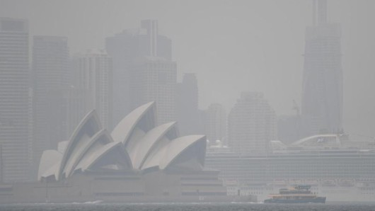 Auch in Sidney sind die Folgen der Buschbrände deutlich zu spüren: Die Stadt ist von starkem Rauch umhüllt.