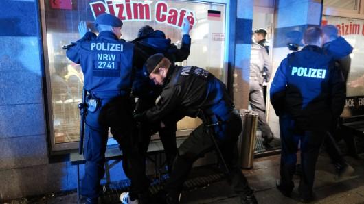 Essen: Die Polizei bei einem Einsatz gegen kriminelle Clans. Die Mitglieder der Clans haben in fünf Fällen Polizisten versucht einzuschüchtern.