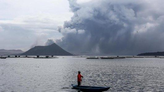 Der Vulkan Taal auf der philippinischen Hauptinsel Luzon etwa 66 Kilometer südlich von Manila spuckt Lava und Asche aus. Möglicherweise steht ein Ausbruch bevor.