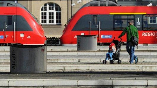 Nicht ganz allein am Gleis: Bahn-Mitarbeiter sind nach Angaben der Deutschen Bahn dazu angehalten, Eltern mit Kinderwagen beim Ein- und Ausstieg zu helfen.