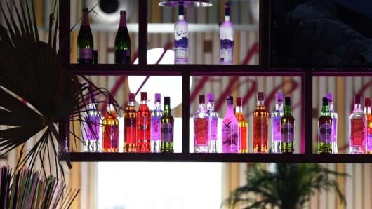 Die Regionalregierung der Balearen verabschiedete einen Erlass, wonach All-Inklusive-Hotels an der Playa de Palma ab Februar nicht mehr unbegrenzt kostenfreien Alkohol anbieten dürfen.