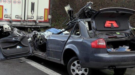 Der 47-Jährige Fahrer des Autos kam bei dem Unfall auf der A42 ums Leben.