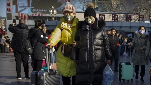 Wegen des chinesischen Neujahrsfests am 25. Januar startete in China eine Reisewelle. Um sich nicht mit dem gefährlichen Coronavirus anzustecken, tragen viele Menschen einen Mundschutz.
