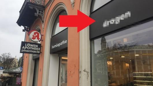 München: Der Blick auf den Schriftzug gefällt Passanten nicht.
