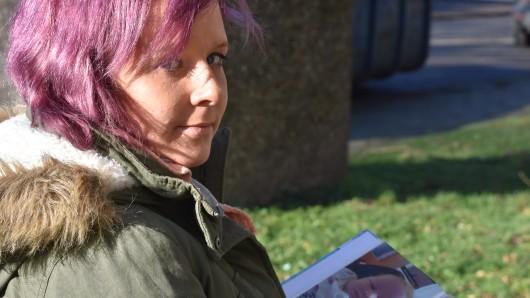 Janine Schütte mit einem Bilderalbum ihrer Tochter Melina.