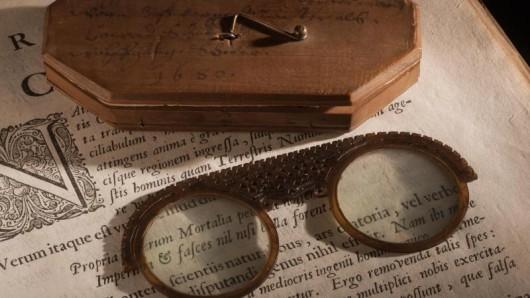 Das Deutsche Optische Museum beherbergt seltene Exponate wie diese Nürnberger Meisterbrille aus dem Jahre 1680.