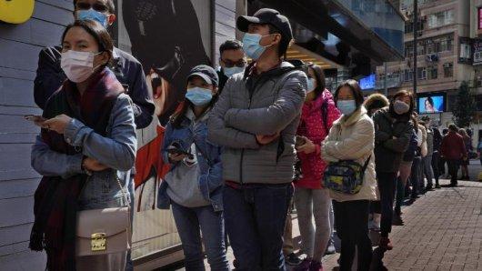 Angesichts der starken Ausbreitung der neuen Lungenkrankheit hat China seine Maßnahmen inzwischen deutlich verschärft. Auch in Hongkong schützen sich immer mehr Menschen mit Atemschutzmasken.