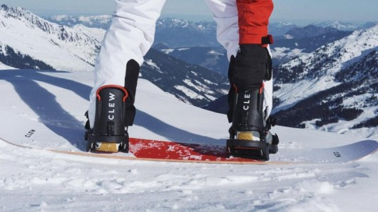 Bei der PreRider-Bindung lösen Snowboarderinnen und Snowboarder mit einem Handgriff einen Teil der Bindung.