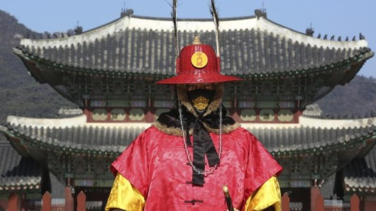 Ein Wachmann der Kaiserlichen Wache in Südkorea trägt einen Atemschutz - angesichts des Coronavirus sollten Reisende in Asien derzeit besonders vorsichtig sein.