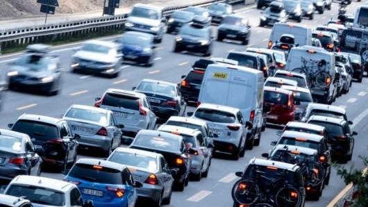 Fahrzeuge stehen im Stau auf der Autobahn A7 Richtung Hannover.