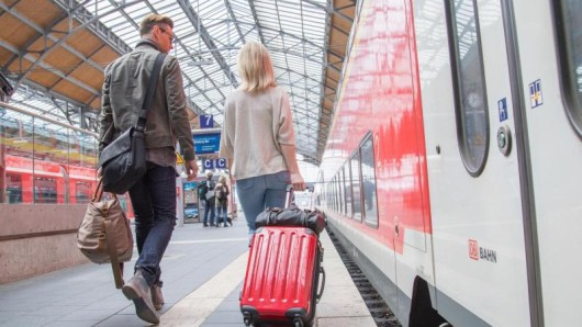 Oft ist es mit einer Bahnfahrt nicht getan:Auf vielen Reisen müssen Urlauber mehrfach das Verkehrsmittel wechseln - die ideale Route ist nicht immer so leicht zu finden.
