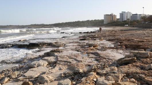 Blick auf den Strand von Cala Millor, der nach dem Unwetter einen Großteil seines Sandes verloren hat.