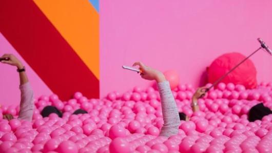 Selfies im pinken Bällebad im Supercandy Pop-Up Museum inKöln - ein solches Instagram-Museum öffnet nun auch im Odenwald.