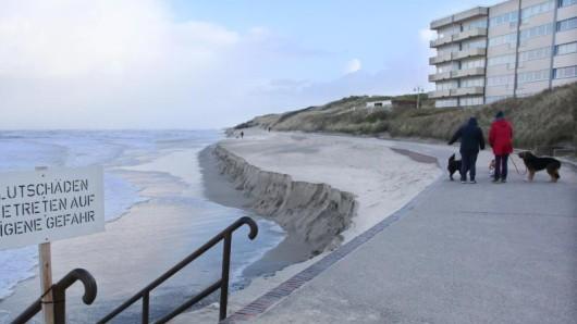 Große Teile des Badestrandes auf Wangerooge sind durch die Sturmfluten der letzten Tage weggespült worden.