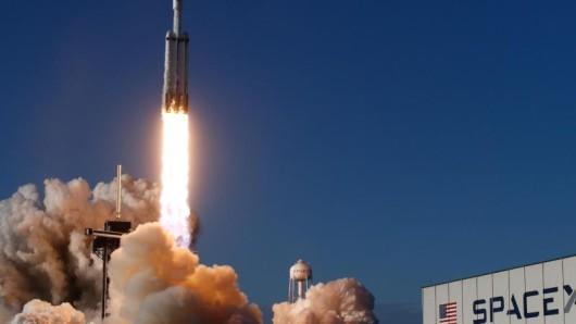 Die US-Unternehmen Space Adventures und SpaceX planen, bis Mitte 2022 Touristen ins Weltall zu schießen.