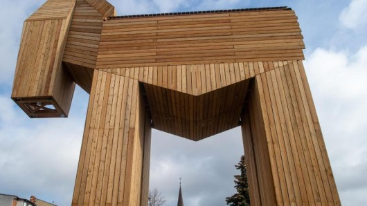 Das Pferd aus Lärchenholz und Stahl soll Anfang April für die Öffentlichkeit begehbar sein und ist nach Angaben des Wickelmann-Museums das größte trojanische Pferd der Welt.