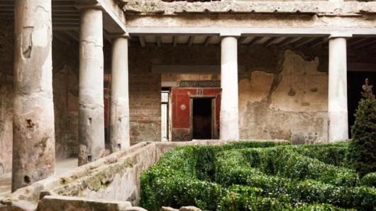 Das Haus der Liebenden war in den 30er Jahren bei Grabungen entdeckt, aber 1980 durch ein Erdbeben schwer beschädigt und dann lange geschlossen worden. Das Casa degli Amanti wurde jetzt wieder für Besucher geöffnet.
