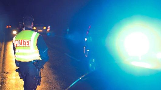 A3: Als die Polizei die Kontrolle durchführt, kommt es zu der unfassbaren Reaktion eines Autofahrers. (Symbolbild)