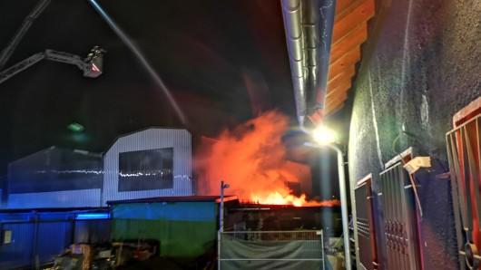 Herne: Die Feuerwehr berfürchtete, dass sich das Feuer auf ein Gasflaschenlager ausbreiten würde.