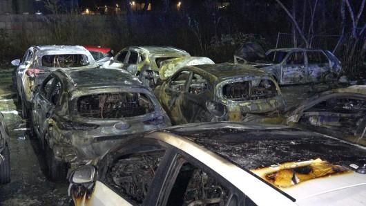 Düsseldorf: Die Autos standen beim Eintreffen der Polizei bereits in Flammen.