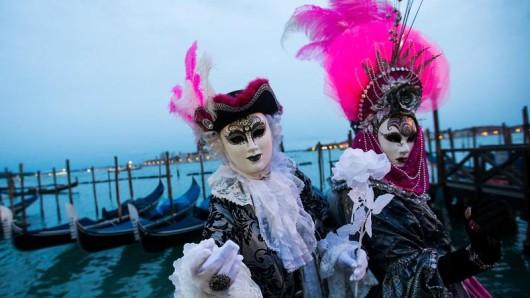 Der berühmte Karneval in Venedig wurde aus Sorge wegen der Ausbreitung des Coronavirus im Norden Italiens frühzeitig beendet.