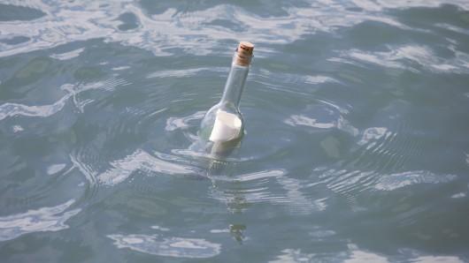 NRW: Dass ihre Flaschenpost so weit reisen würde, hätten sie sich vermutlich auch nicht vorstellen können. (Symbolbild)