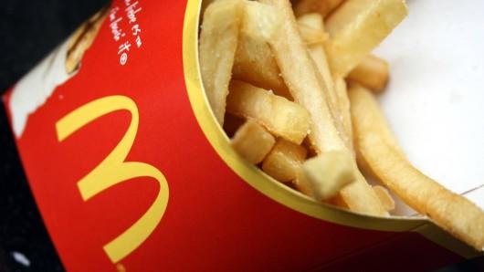 McDonald's: Nachdem er die Pommes aß, musste er notoperiert werden. (Symbolbild)