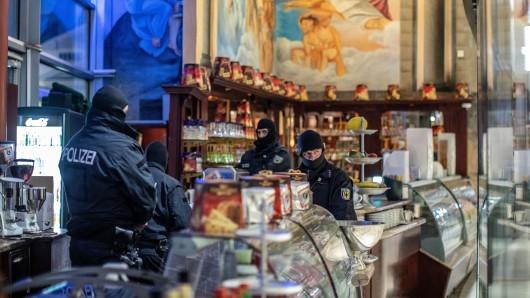 Duisburg: Spezialkräfte in einer Eisdiele im Citypalais.