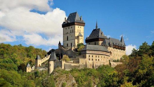 Die Burg Karlstein bei Prag lockt viele Touristen - nun wird sie auch aufgrund des Besucherandrangs umfassend restauriert.