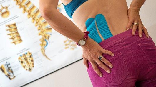 Rückenschmerzen oder Bandscheibenvorfälle führen bei Erwerbstätigen zu vielen Fehltagen. Sport kann hier Abhilfe schaffen.