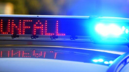 A448 bei Bochum: Am Samstagmorgen kam es zu einem schlimmen Unfall. EinLkw knallte dabei auf eine VW-Fahrerin auf. (Symbolbild)