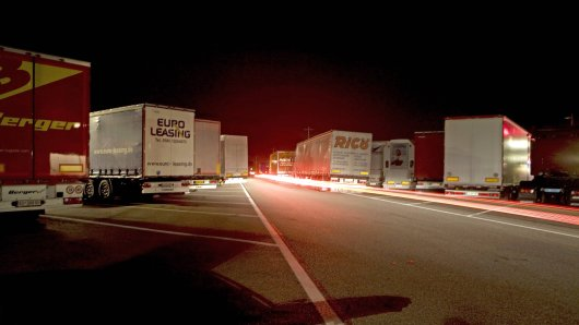 Sauerland (NRW): Lkw-Fahrer wurden am späten Mittwochabend plötzlich überrascht. (Symbolbild)
