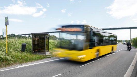 Dortmund: In Bussen und Bahnen gilt eine Maskenpflicht. Deshalb kontrollieren die Verkehrsbetriebe ab kommender Woche die Haltestellen. (Symbolbild)