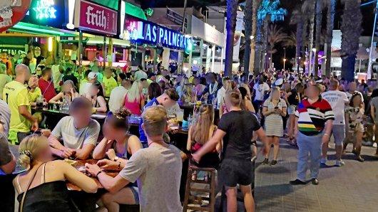 """Am vergangenen Freitag ging es auf der sogenannten Bierstraße auf Mallorca hoch her - zu hoch. Mehrere Hundert deutsche Feiernde missachteten Corona-Auflagen. Viele Nutzer sind über die Berichterstattung verärgert und werfen Medien unter anderem vor, das oben veröffentlichte Foto sei """"alt""""."""