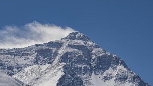 Das Foto zeigt einen Blick auf den Berg Qomolangma. Der Mount Everest, auf Tibetisch Qomolangma, ist ein Berg im Himalaya und der höchste Berg der Erde.