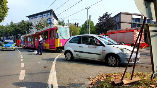 Essen: Am Samstagmorgen krachte ein Pkw und eine Straßenbahn zusammen.