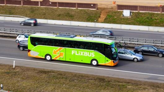 Berlin: Ein Flixbus fuhr über die Autobahn, als Autofahrer plötzlich eine unfassbare Entdeckung machten. (Symbolbild)
