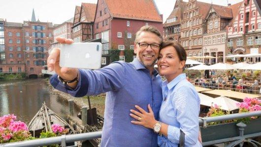 Selfie vor hübschen Kulissen: Lüneburg lockt mit Charme und pittoresken Gassen.