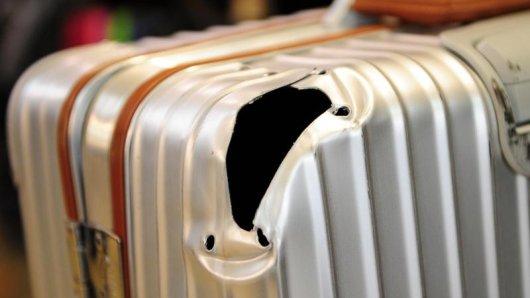 Loch in der Ecke des Koffers: Für beschädigtes Gepäck sind die Fluggesellschaften verantwortlich - und müssen Reparaturen zahlen.